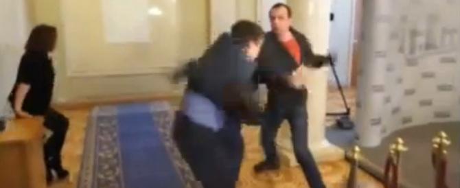 Botte da orbi tra deputati in Ucraina. Ecco il video della scazzottata