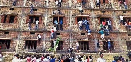 """India, genitori """"acrobati"""" per suggerire ai figli: 300 arresti (Video)"""