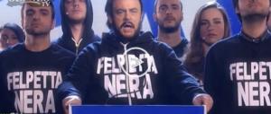 """Crozza-Salvini si sente Mussolini e canta: """"Felpetta nera…"""". (Video)"""
