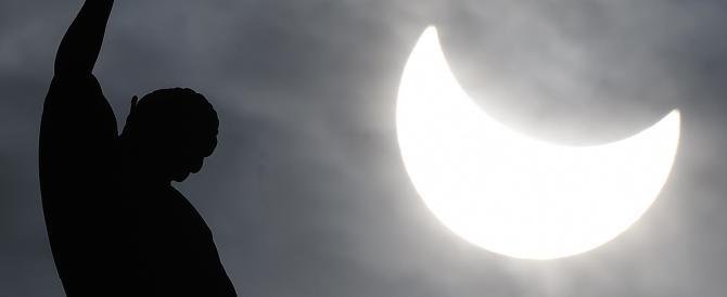 """""""Sole nero"""", fotocamere e nasi all'insù. L'Italia stregata dall'eclissi"""