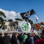 Come sono: il simbolo della Padania sventola accanto alla croce celtica in piazza del Popolo a Roma (fonte Facebook)