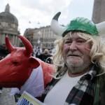 """Come sono: allevatore vestito da """"vichingo"""", con mucca, in Piazza del Popolo (fonte Facebook)"""