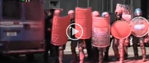 """Studenti protestano contro il governo, ma """"verniciano"""" la polizia (Video)"""