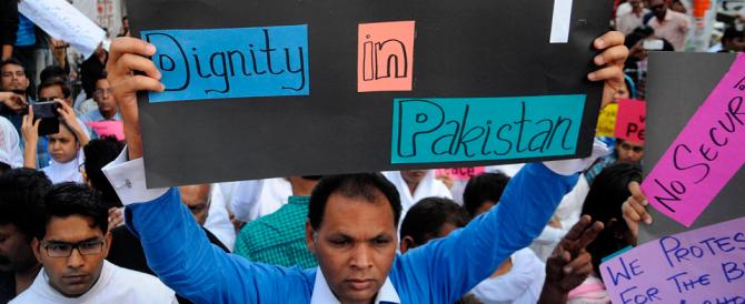 Pakistan, attacchi alle chiese di Lahore: i cristiani scendono in piazza
