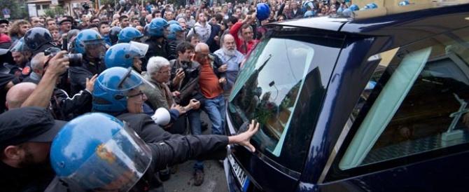 Scontri al funerale di Priebke, rinviati a giudizio i militanti dei centri sociali