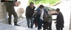 Mano nella mano, la fuga dei turisti dall'orrore di Tunisi. Guarda il video