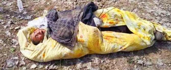Cina, anziana moribonda abbandonata in un campo. E il web insorge
