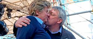 Il bacio tra Landini e la Camusso, apostrofo rosa tra falce e martello