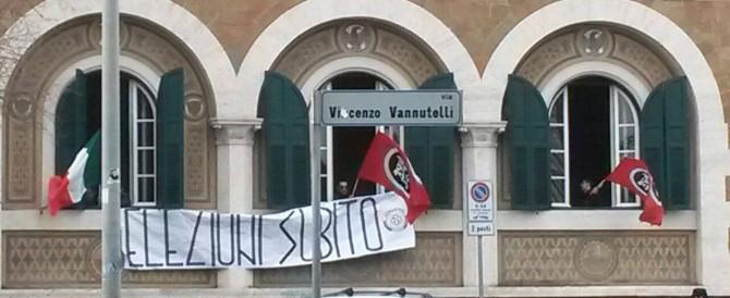 Mafia Capitale, CasaPound occupa il municipio di Ostia: «Cacciamo il Pd»