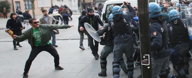 Brescia, centri sociali e immigrati scatenano l'inferno contro la polizia