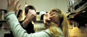Donna uccisa con coltellate al collo: il marito sotto interrogatorio