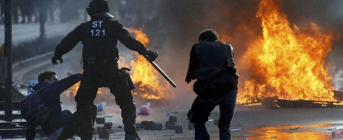 Francoforte, guerriglia sotto la Bce. Feriti, arresti e auto in fiamme
