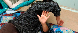 """""""Vesti troppo occidentale"""": egiziano picchia la moglie davanti alla figlia di due anni"""