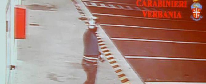 """Dopo il furto, i romeni fanno i gradassi: """"bye bye"""" alla telecamera. Arrestati"""