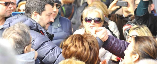 Salvini a Prato per le regionali: selfie al mercato con due cinesi