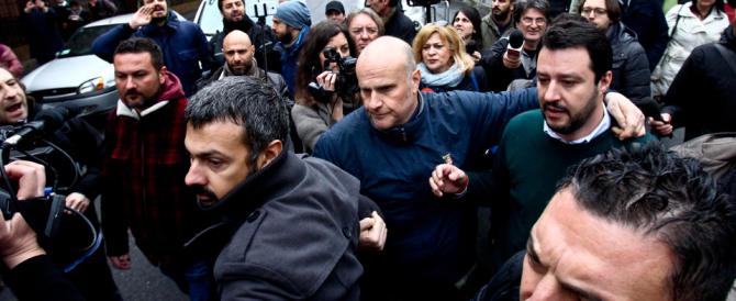 """Matteo Salvini di nuovo aggredito dai """"pacifici"""" centri sociali: «Pezzo di m…»"""