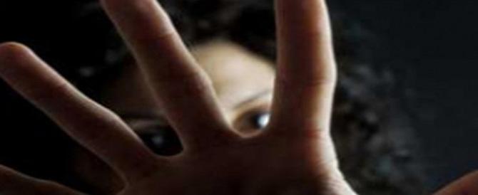 """Violentava la figlia 12enne della compagna facendosi chiamare """"papà"""""""