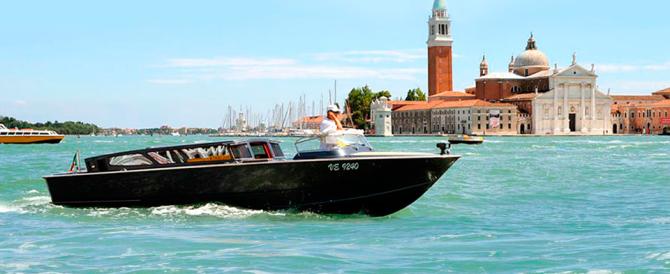 Venezia, turisti senza taxi in laguna: protestano i commercianti