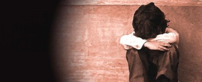 Denudava e picchiava il figlio di 10 anni: arrestato un operaio romeno