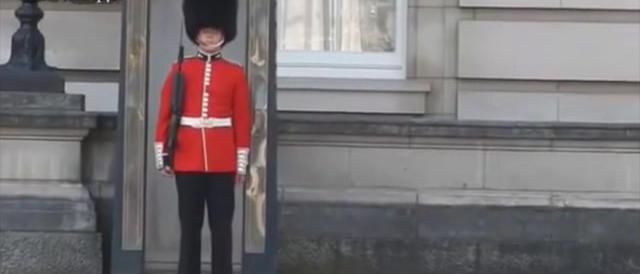 Buckingham Palace: la guardia casca e non smette di ridere. Guarda il video