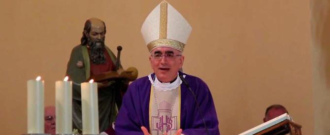 Il vescovo di Noto diventa una star: canta Noemi e Mengoni (video)