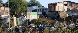 Stuprata in un campo rom a Roma. Ma il Pd dice di nuovo no alla chiusura