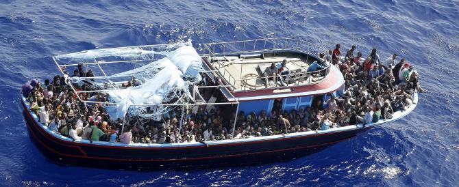 Immigrazione, ecco il piano in 10 punti della Ue: distruggere i barconi