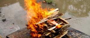 India, uccide la sorella perché ha acceso la pira funeraria della madre
