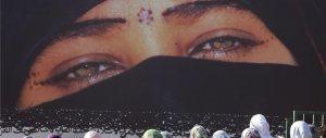 Perché un'italiana si vota all'Islam? Un'inchiesta prova a spiegarlo, ma…