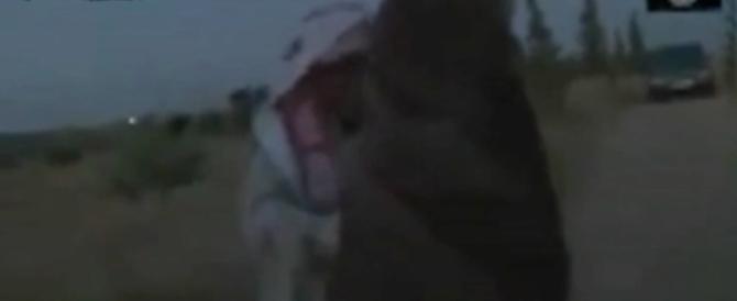 Immagini forti: donna adultera viene lapidata dai miliziani dell'Isis
