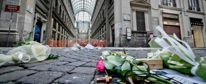 Napoli, ragazzo morto per il crollo del cornicione: è colpa di De Magistris?
