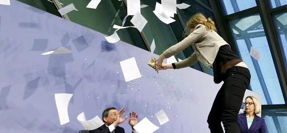 Draghi aggredito da una manifestante di Blockupy a Francoforte