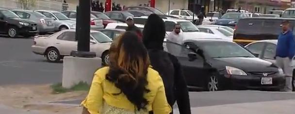Baltimora, botte al figlio che lancia sassi. Il video diventa virale