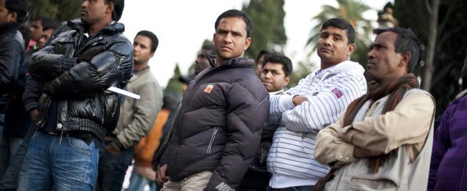 Immigrati chiedono l'asilo politico: si sdraiano in strada e bloccano Lamezia