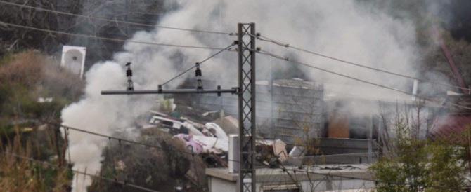 Roma, roghi tossici nel campo rom di Tor Sapienza: residenti inferociti