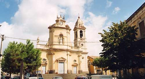 Falce e martello sulla chiesa contro la messa in ricordo di Mussolini