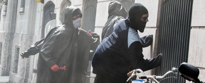 Expo, blitz al centro sociale Mandragola: sequestrate mazze ferrate e bastoni