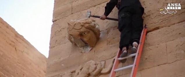 L'Isis, nuovo assalto ai monumenti: picconi e kalashnikov contro statue in Iraq