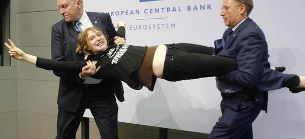 """Draghi contestato, """"lady coriandoli"""" diventa la regina del web"""