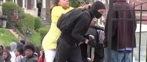 Mamma riconosce figlio black block in tv. Scende in piazza e lo picchia