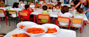 Lasciati a digiuno a mensa mentre i compagni mangiano: licenziate in 4