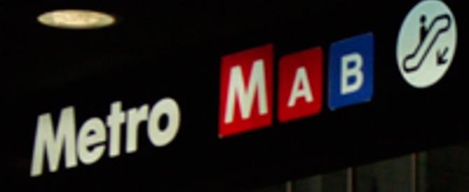 Roma, metro chiusa a sopresa: costretti a prendere l'auto (in barba allo smog)