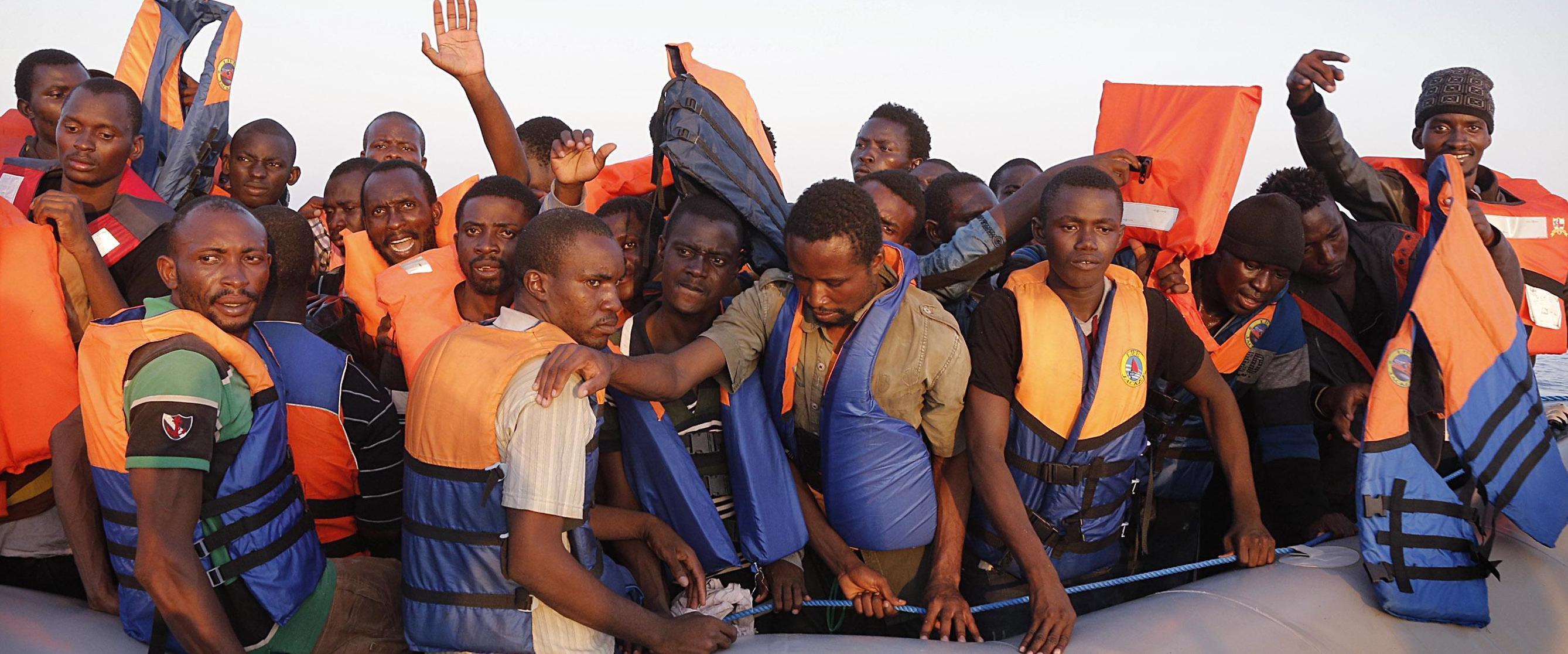 Un barcone con immigrati clandestini soccorso dalla nostra marina militare