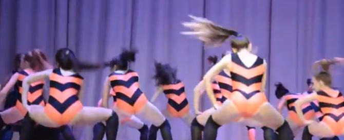 Scandalo a Mosca, danze di sexy minorenni con i colori patriottici