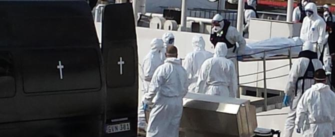 """""""Erano aggrappati ai morti"""": così i soccorritori hanno trovato i naufraghi"""