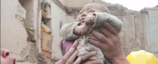 Nepal, ritrovato un bebè di 4 mesi ancora vivo. La foto commuove il mondo