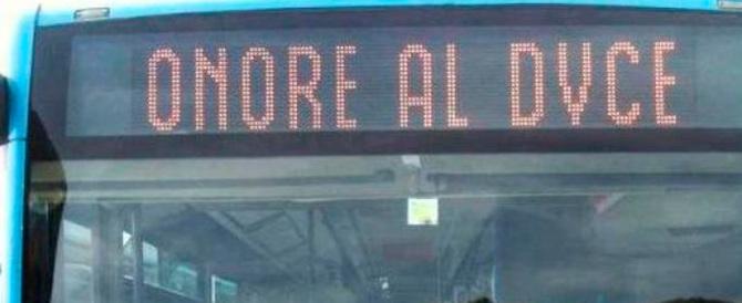"""Scrisse """"Onore al Duce"""" sul bus Atac: rischia il processo per diffamazione"""