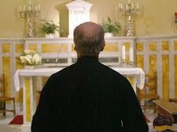Orge on-line tra sacerdoti gay. Rimosso un parroco di Taranto