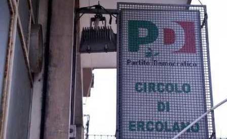 Pd, volano gli stracci a Ercolano. Gli iscritti occupano la sede contro Renzi