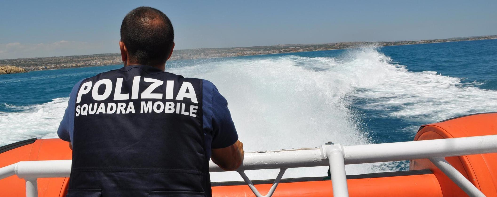 Polizia di pattuglia sul mare